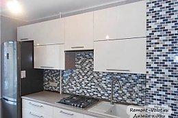 Дизайн белой угловой кухни с обыгранным углом
