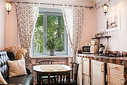 Дизайн кухни в «сталинке» без навесных шкафчиков, но с большим диваном