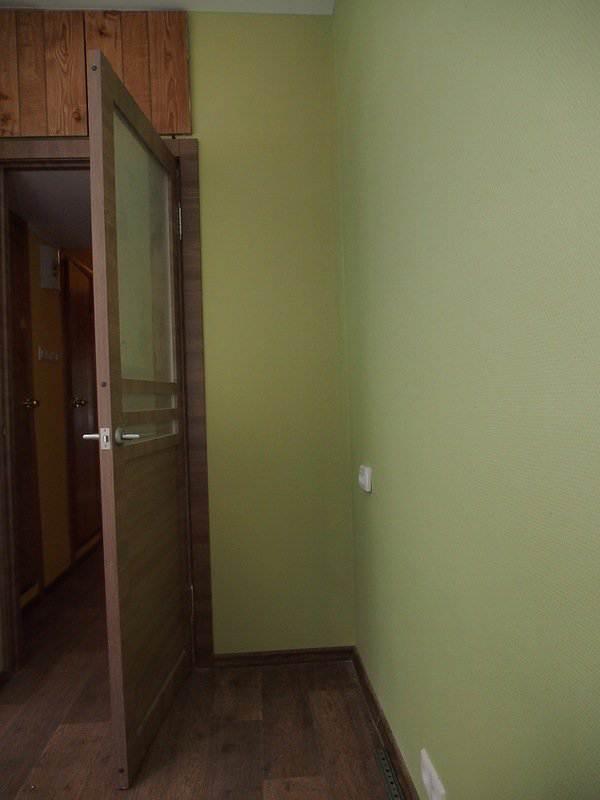 Бежевая кухня 9 кв.м в 2-х комнатной квартире (4 фото)
