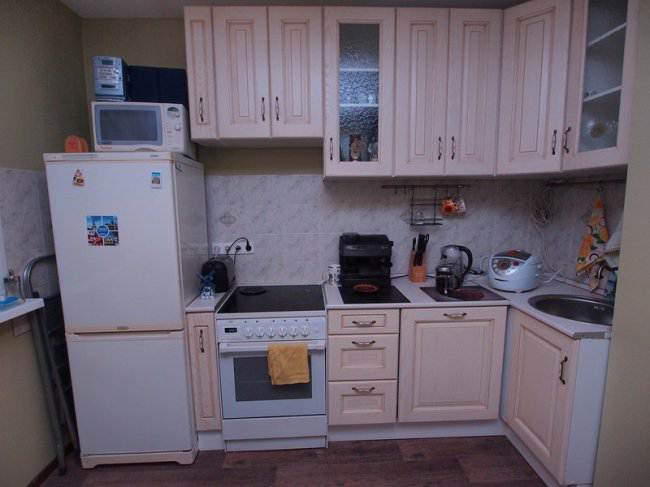 Бежевая кухня 9 кв.м в 2-х