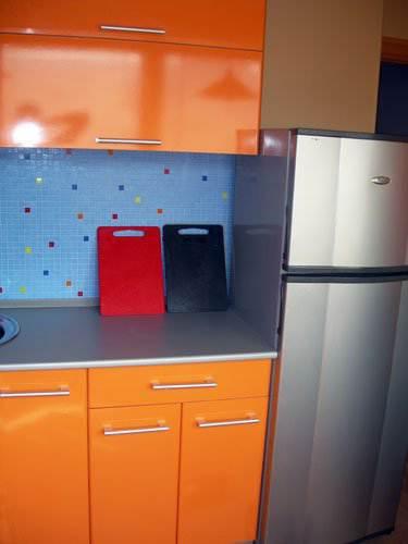 Оранжевая угловая кухня 7,5 кв.м (15 фото)