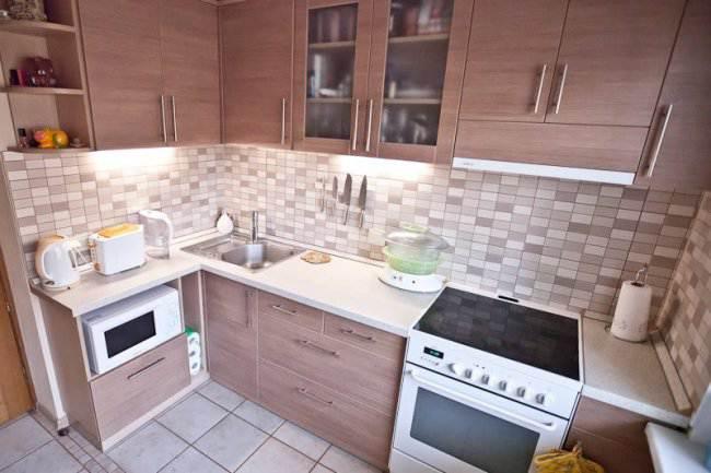 Дизайн угловой кухни 7,5 кв.м под дерево (5 фото)