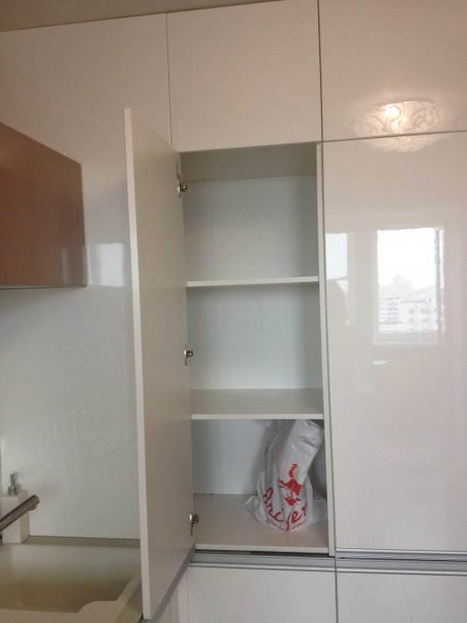 Дизайн белой глянцевой кухни 10 кв.м в 1-комнатной квартире