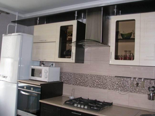 Дизайн угловой кухни 10 кв.м с 3d-эффектом в однокомнатной квартире (7 фото)