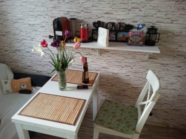 Бюджетный ремонт и дизайн белой кухни 9 кв.м в однокомнатной квартире (8 фото)