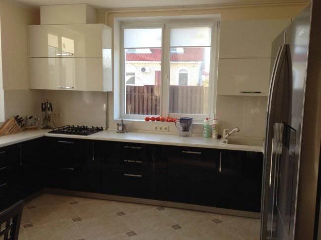 Дизайн П-образной кухни-столовой 15 кв.м в коттедже (9 фото)