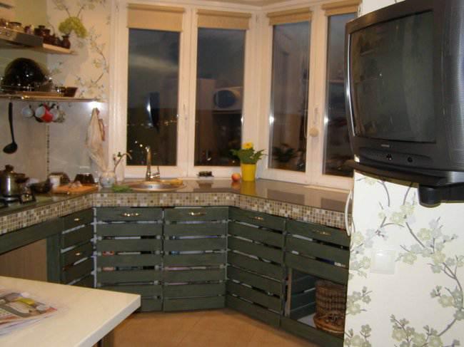 Оригинальный дизайн П-образной кухни 13 кв.м в эркере (17 фото)