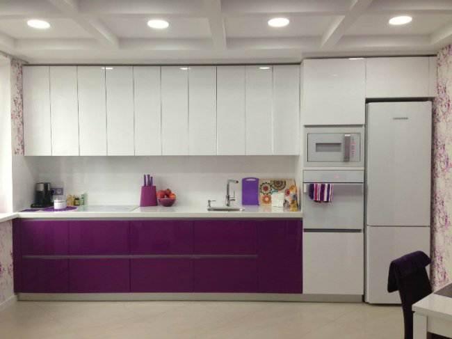 Дизайн прямой фиолетовой кухни 15 кв.м (7 фото)