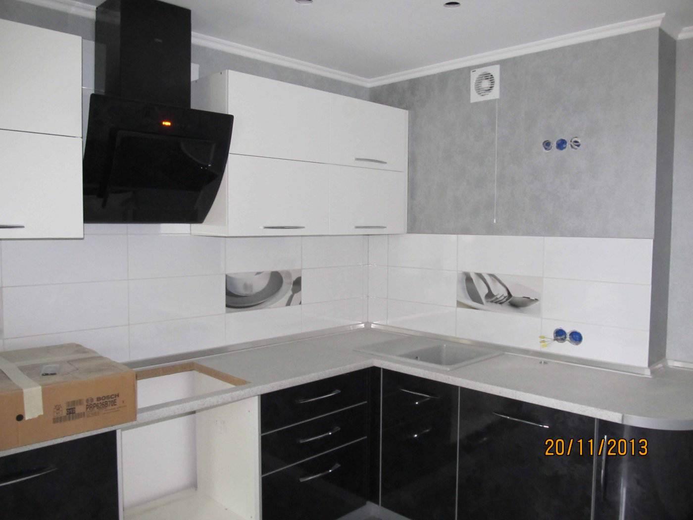 Черно белые угловые кухни фото