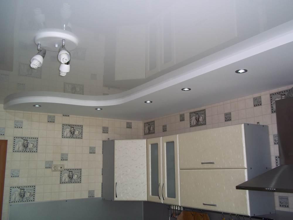 Дизайн натяжных потолков в кухне