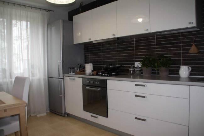 Дизайн прямой белой кухни 10 кв.м (8 фото)