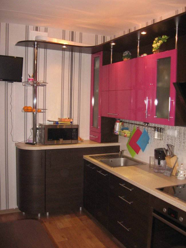 Дизайн угловой контрастной кухни 9 кв.м (10 фото