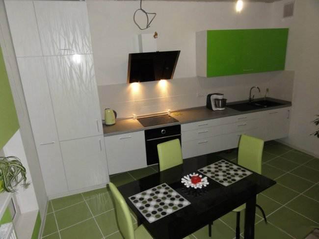 Дизайн прямой бело-зеленой кухни с гостиной (8 фото)