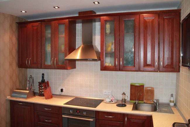 Дизайн угловой кухни 14 кв.м из массива (5 фото)