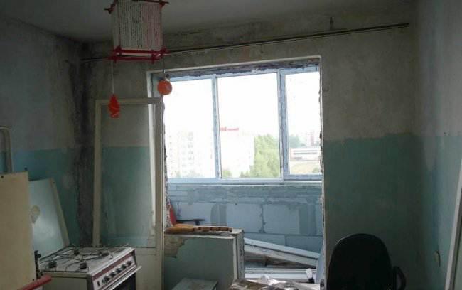 Дизайн кухни объединенной с балконом фото