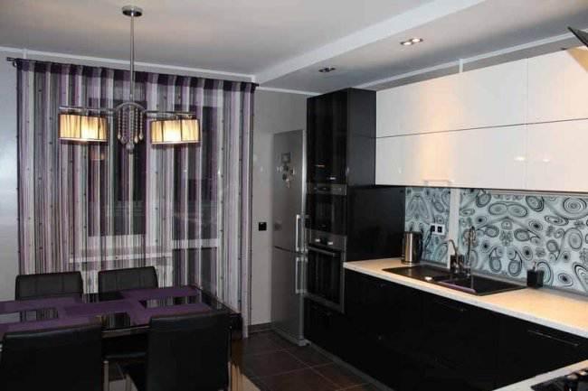 Дизайн угловой черно-белой кухни 14 кв.м (4 фото)