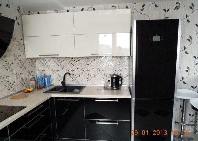Дизайн угловой черно-белой кухни 8 кв.м, совмещенной с гостиной (8 фото)