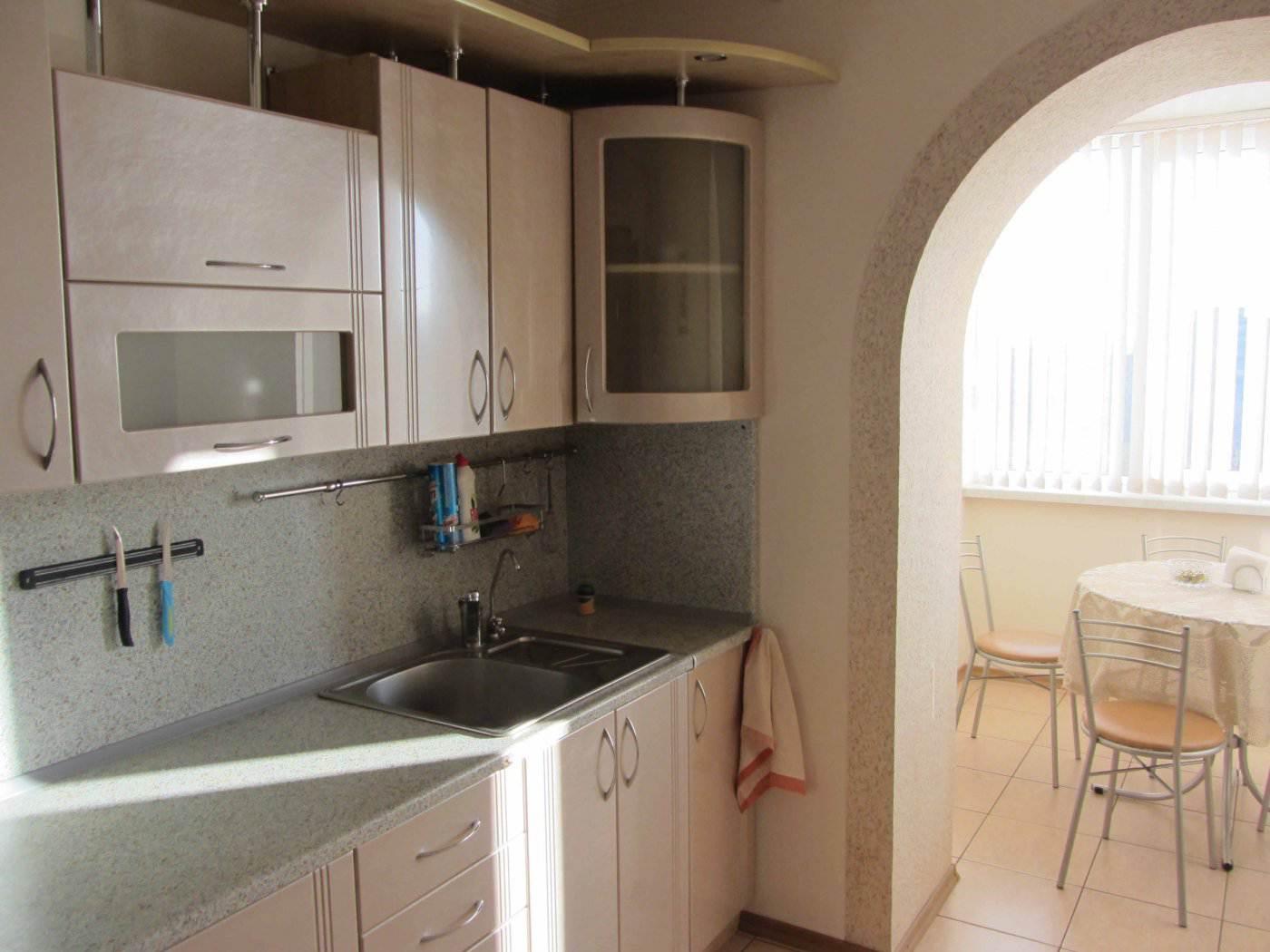 Дизайн прямой кухни 7 кв.м, объединенной с балконом (24 фото.