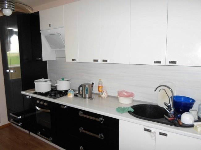 Дизайн прямой черно-белой кухни 9 кв.м (13 фото)