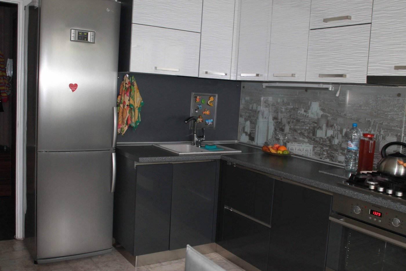 Угловая кухня 12 кв м дизайн с холодильником 138