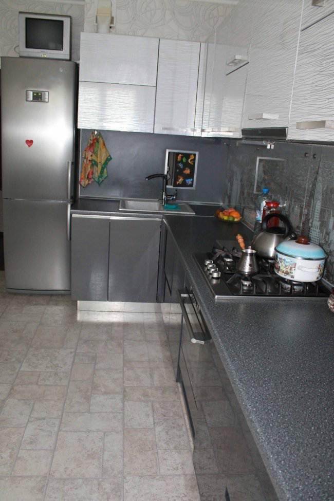 Дизайн угловой черно-белой кухни 12 кв.м (10 фото)