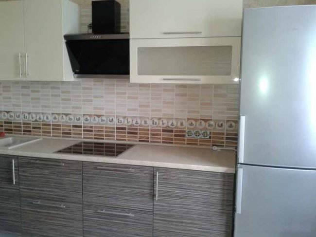 Дизайн угловой бежевой кухни 10 кв.м (4 фото)