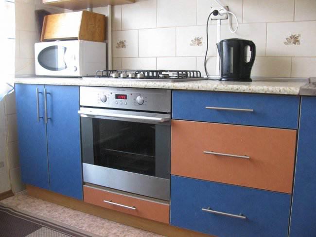 Оранжево-синяя бюджетная кухня в хрущевке (12 фото)