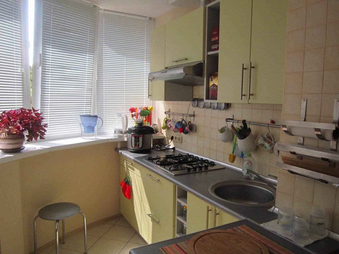 Салатовая кухня, объединенная с балконом (13 фото).