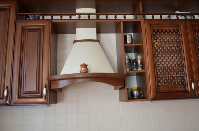 Просторная кухня из массива от фабрики «ЗОВ» (13 фото)
