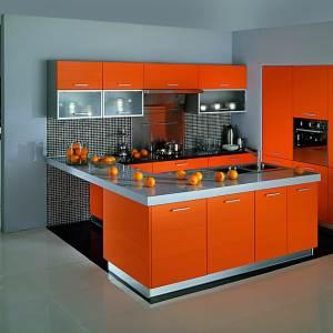 Матовая оранжевая кухня с серым плиточнымполом