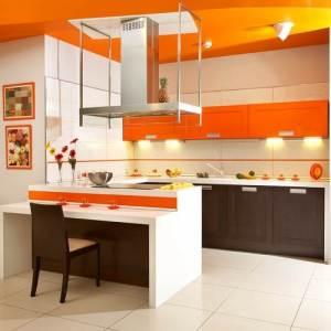 Оранжевая кухня, коричневые фасады, светлая плитка на полу