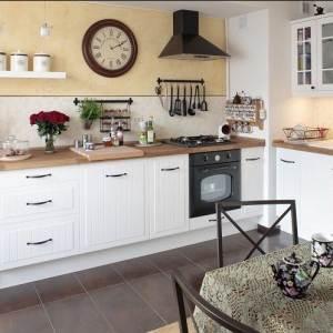 Белая кухня с деревянными столешницами