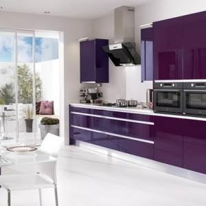 Глянцевая фиолетовая кухня с белым
