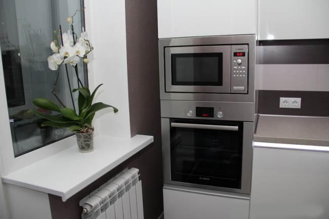 Дизайн прямой белой кухни в стиле модерн (11 фото)