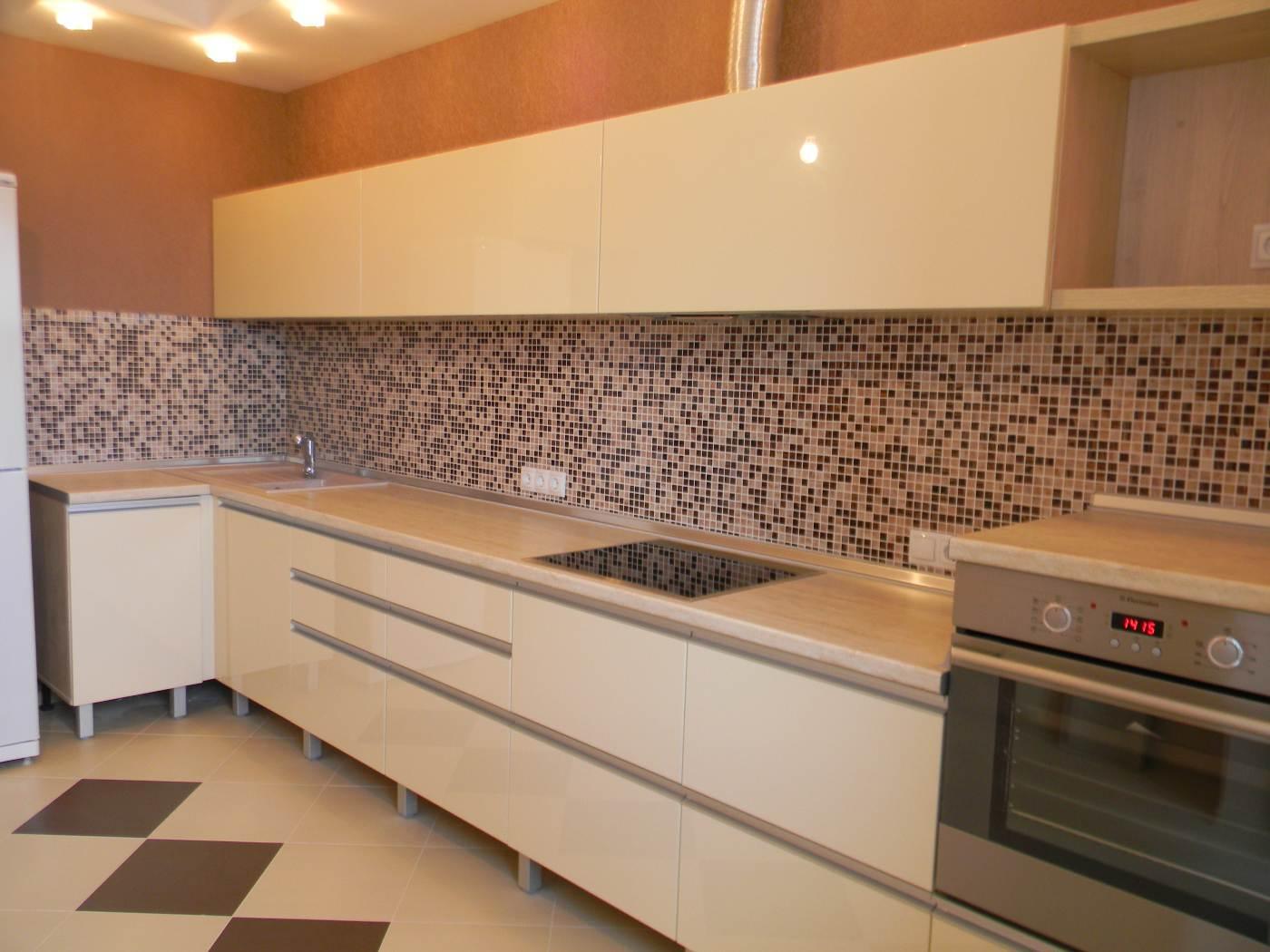 Бежевая глянцевая кухня фото