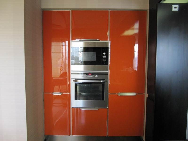 Оранжево-белая кухня 10 кв.м совмещенная с гостиной (23 фото.