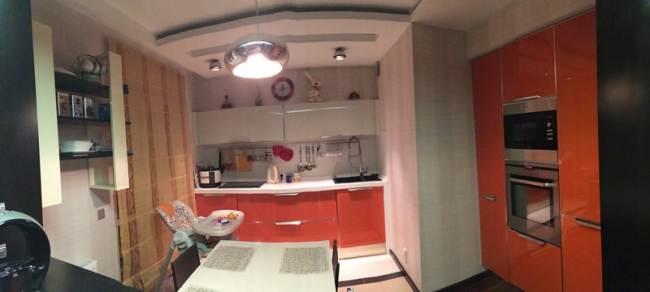 Оранжево-белая кухня 10 кв.м с гостиной (23 фото)