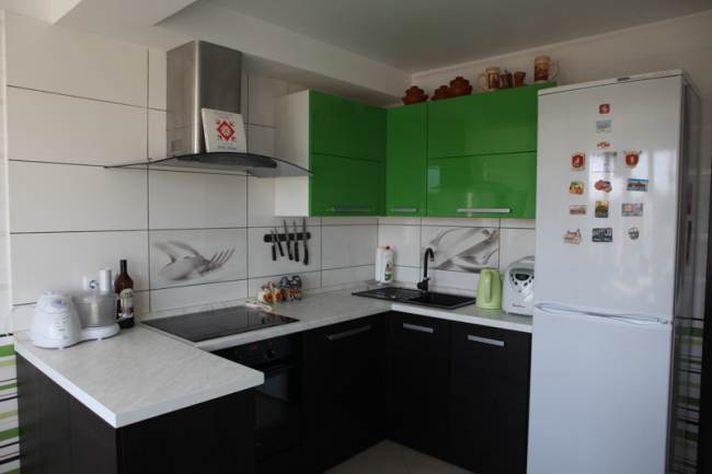 Черно-зеленая кухня 12 кв.м с эркером (9 фото)