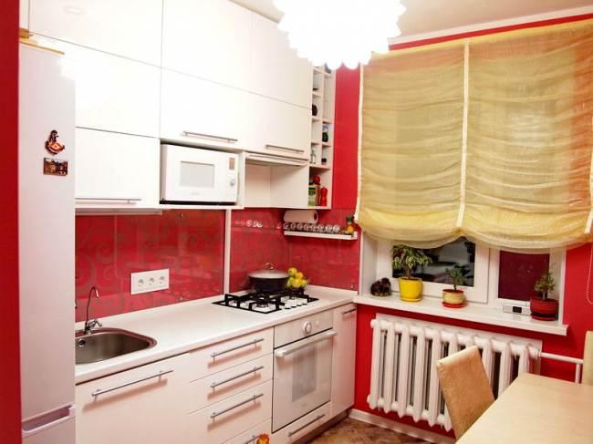 Дизайн белой кухни 7 кв.м с красными обоями (9 фото)