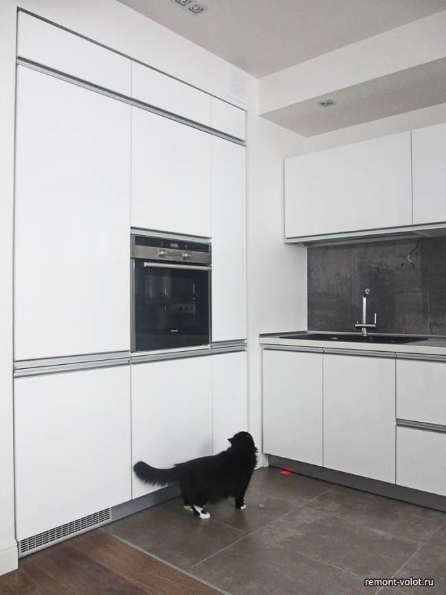 Белая глянцевая кухня 8,7 кв.м в квартире студии за 5500$