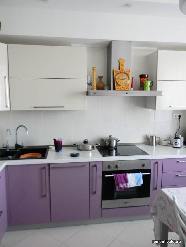 Фиолетовая глянцевая кухня 9 кв.м (13 фото)