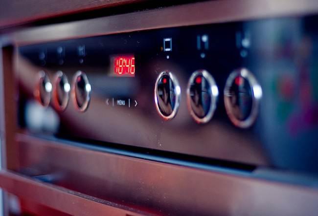 Современная оранжевая кухня  12 кв.м с черным фартуком (13 фото)
