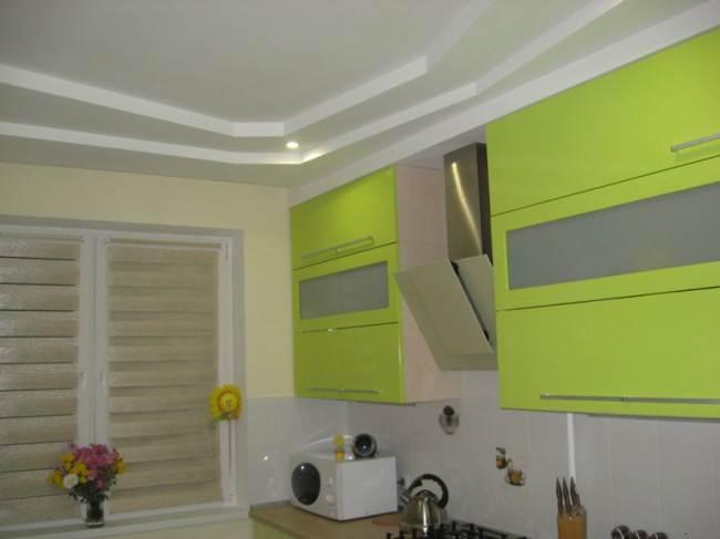 Зеленая линейная кухня 11,7 кв.м. в новой квартире (12 фото)