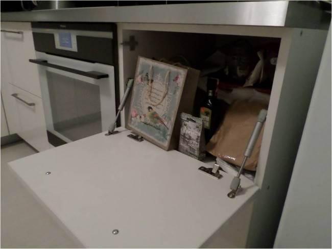 Дизайн белой кухни 10 кв.м. с черным фартуком