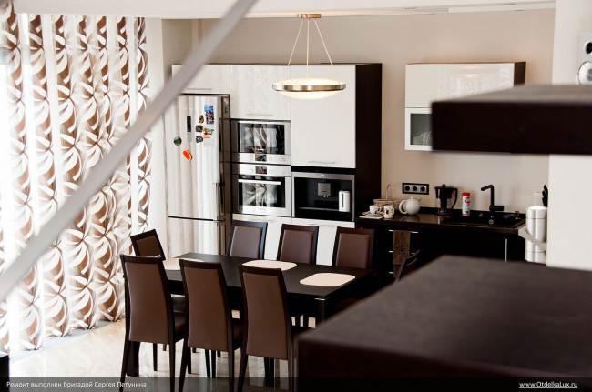 Дизайн кухни с гостиной и большой обеденной зоной