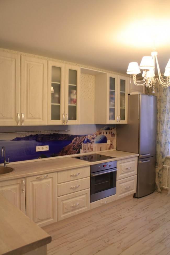 Бежевая кухня в классическом стиле с фартуком с фотопечатью