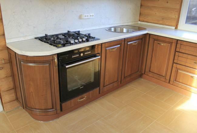 Кухня под дерево в классическом стиле в частном доме