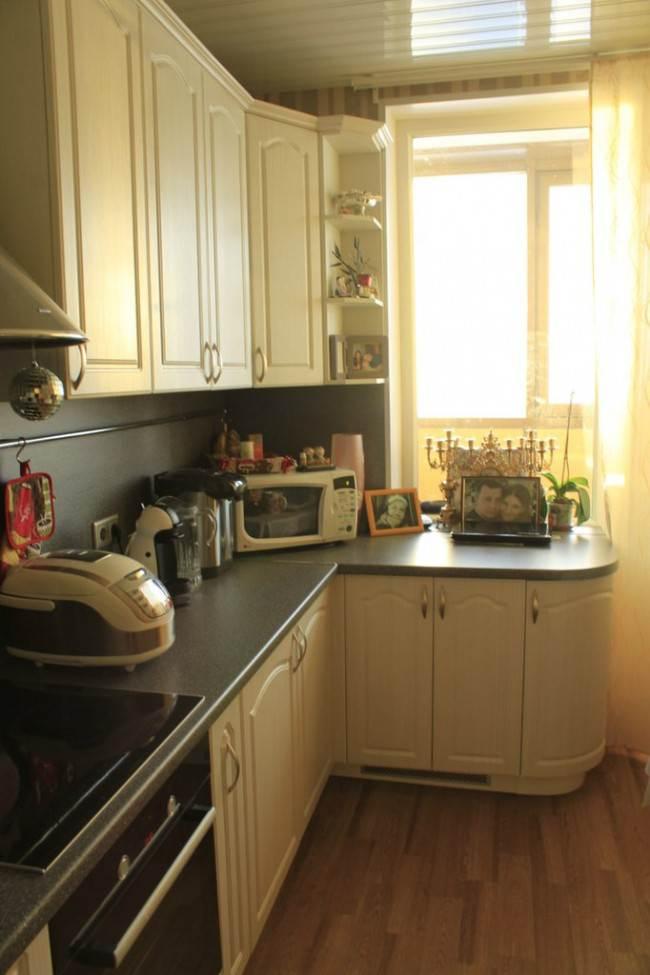 Бежевая классическая кухня 10 кв.м. с выходом на балкон
