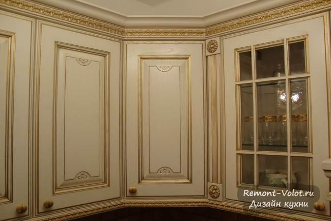 Дизайн светлой кухни под старину с патинированными фасадами