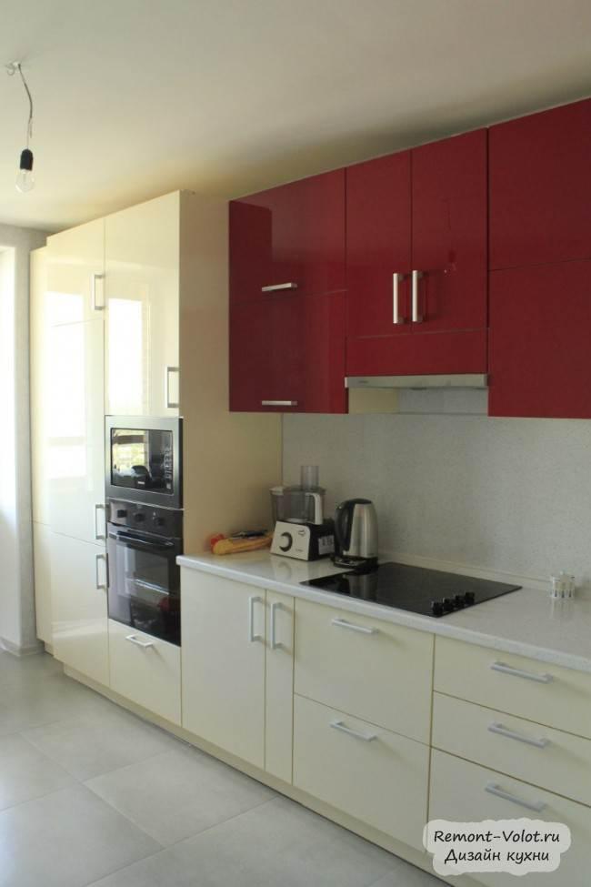 Современная кухня с красным верхом и бежевым низом